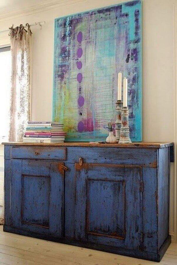 Móvel de madeira com pátina azul