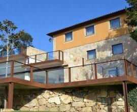 Muro de arrimo em pedras sob a casa