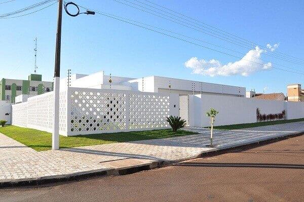 Muros modernos com cobogós na cor branca