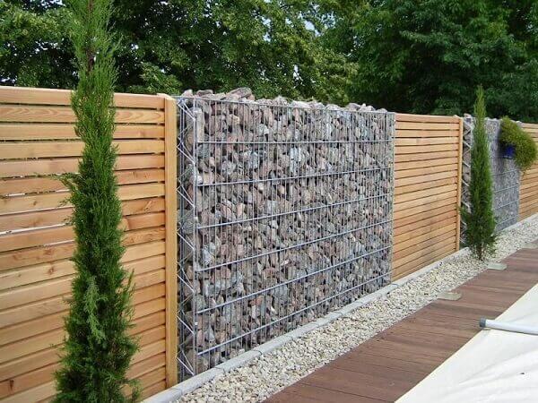 Muros modernos gabião com detalhe de madeira