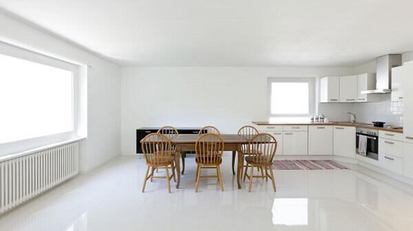 Na cozinha em estilo clean foi colocado porcelanato retificado branco
