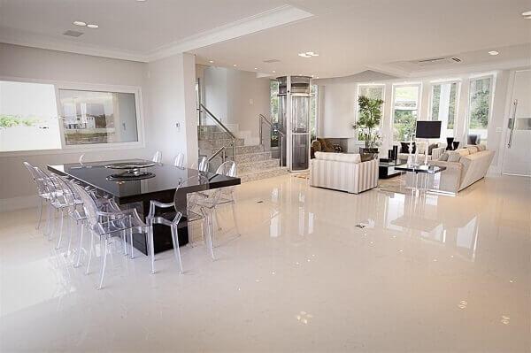 Na sala em estilo clean foi colocado porcelanato retificado polido
