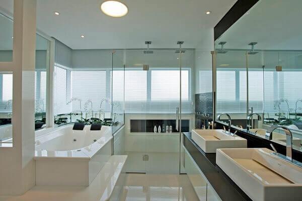 No banheiro fio utilizado porcelanato retificado polido