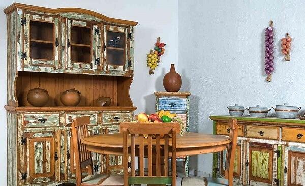 O efeito da pátina valoriza o ambiente da sala de jantar