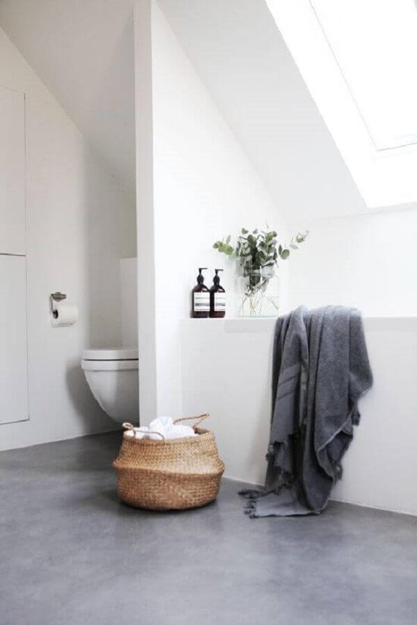O porcelanato cinza fosco se destaca na decoração do banheiro moderno