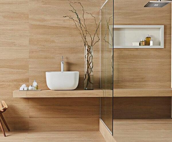 O porcelanato retificado com padrão de madeira foi colocado na parede