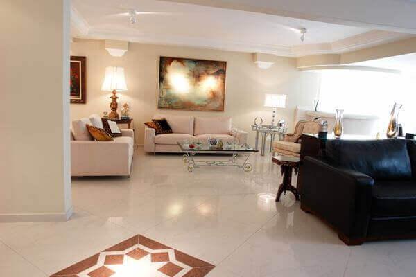 O porcelanato retificado complementa a decoração da sala de estar