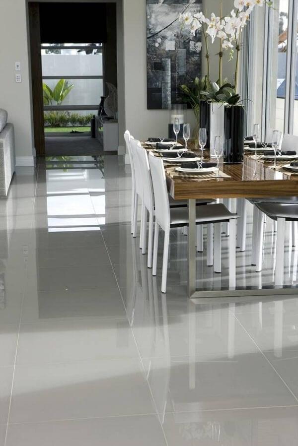 O porcelanato retificado polido foi instalado na sala de jantar
