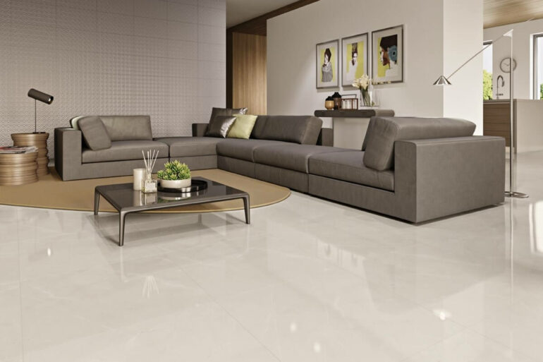 O sofá cinza se destaca sobre o porcelanato retificado claro