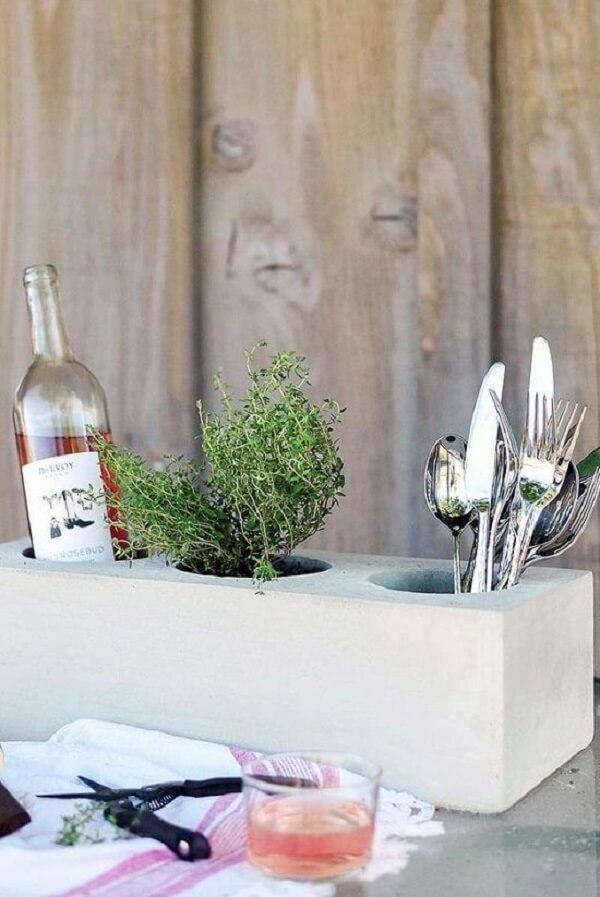 O vaso de cimento acomoda plantas e demais utensílios