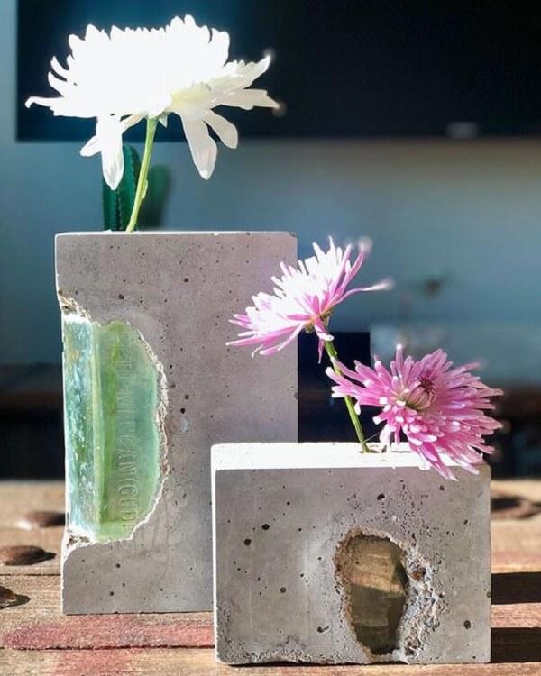O vaso de cimento apresenta uma decoração rústica