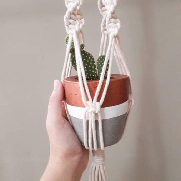 O vaso de cimento pode ficar suspenso com a técnica de macramê