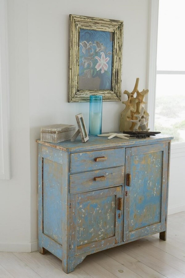 Os móveis antigos são reutilizados depois da aplicação de pátina