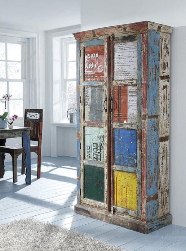 Os móveis com pátina colorida tem aspecto envelhecido