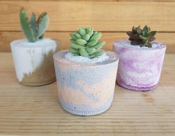 Os vasos de cimento coloridos decoram o ambiente da casa