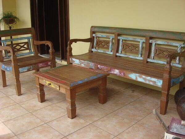 Pátina é utilizada para realçar os desenhos do mobiliário