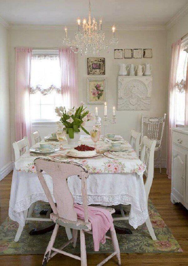 Pátina provençal decora sala de jantar