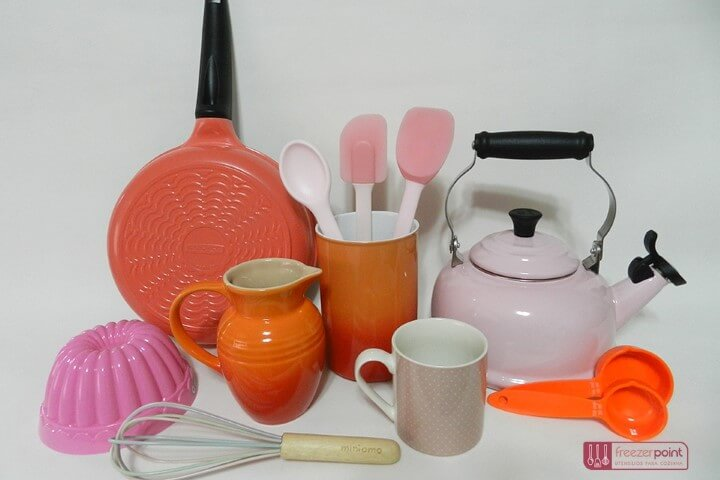 Panelas e demais utensílios coloridos para lista de chá de panela Foto de Freezer Point