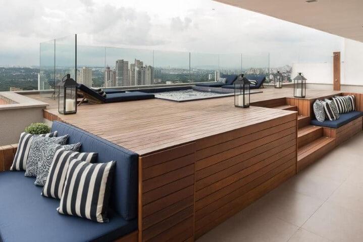 Piscina com deck e almofadas ao redor Projeto de Jhennifer Amorim Reis