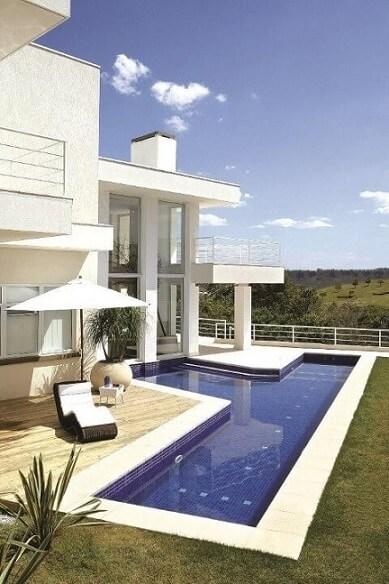 Piscina com deck e formato em T Projeto de Jannini Sagarra Arquitetura