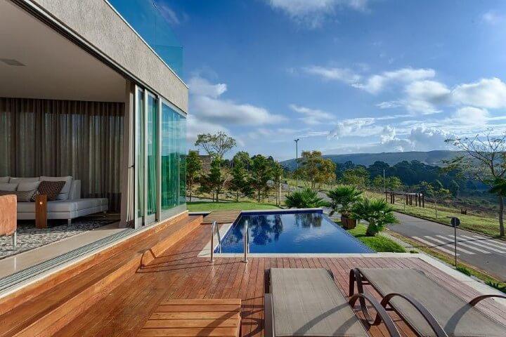 Piscina com piso e estilo infinito na sacada superior Projeto Mariana Borges e Thaysa Godoy
