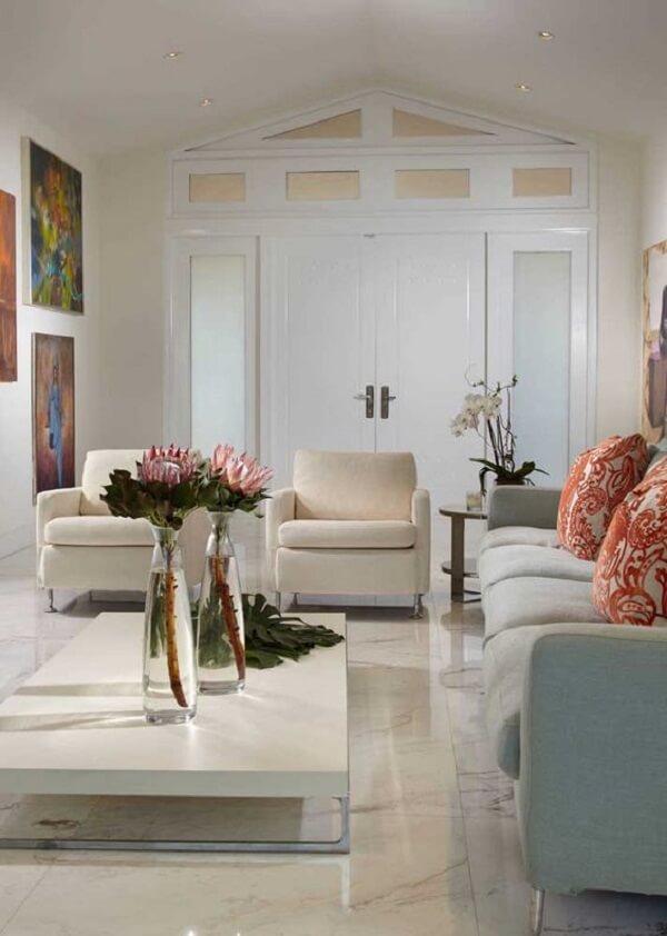 Porcelanato retificado bege decora a sala clássica e elegante