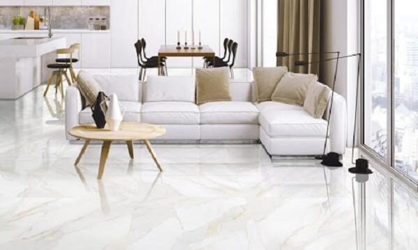 Porcelanato retificado branco complementa a decoração clean do espaço