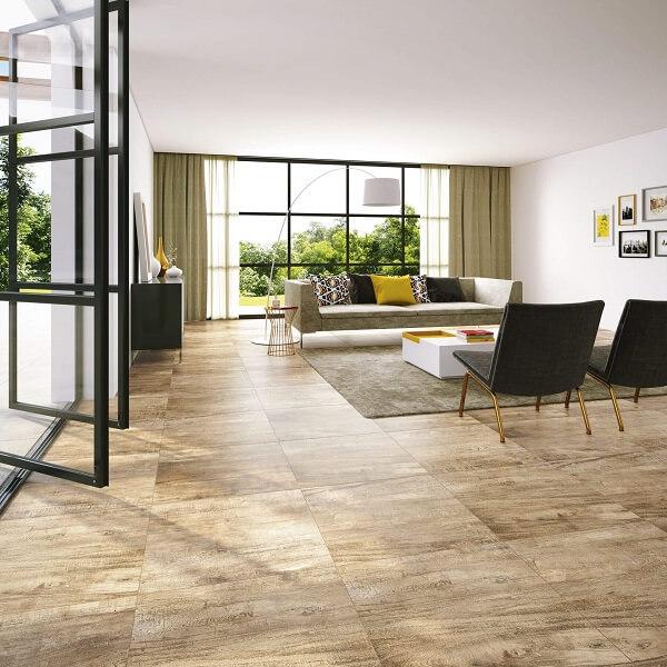 Porcelanato retificado padrão madeira em peças de formato quadrado