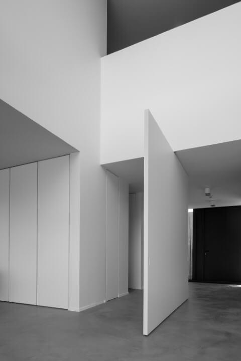 Porta pivotante branca interna Foto de Architonic
