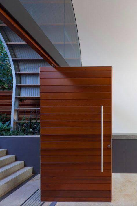Porta pivotante de madeira avermelhada Foto de Rudolfsson Alliker Associates Architects