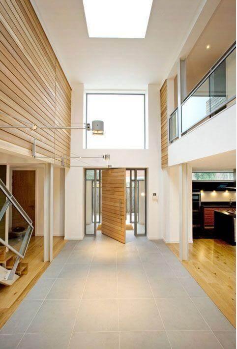 Porta pivotante de madeira clara Foto de Sadler Brown Architecture