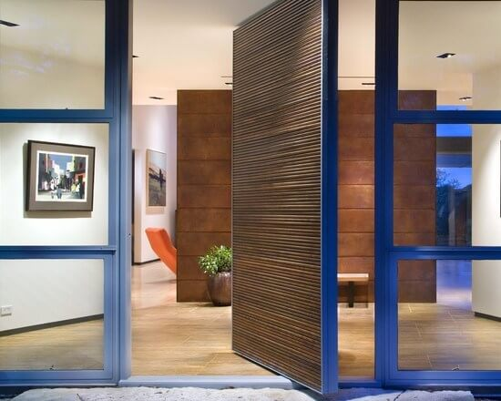 Porta pivotante de madeira com borda azul Foto de P Decor
