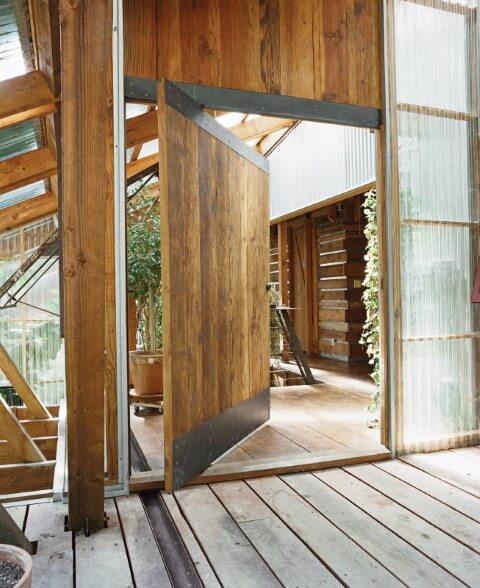 Porta pivotante de madeira com detalhes de ferro Foto de Any Home Decoration Ideas