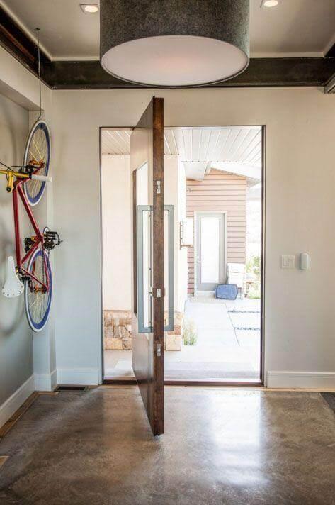 Porta pivotante de madeira com vidro e puxador de inox Foto de Ezra Lee Design