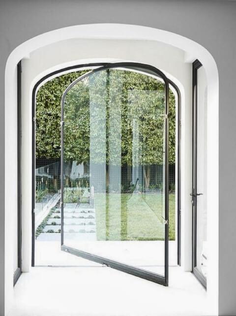Porta pivotante de vidro abobadada Foto de Pinterest