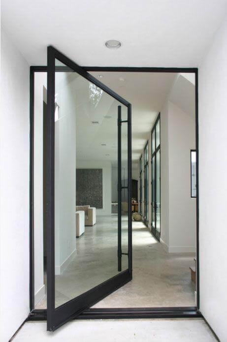 Porta pivotante de vidro com borda de ferro preto Foto de Allen Bianchi Architects