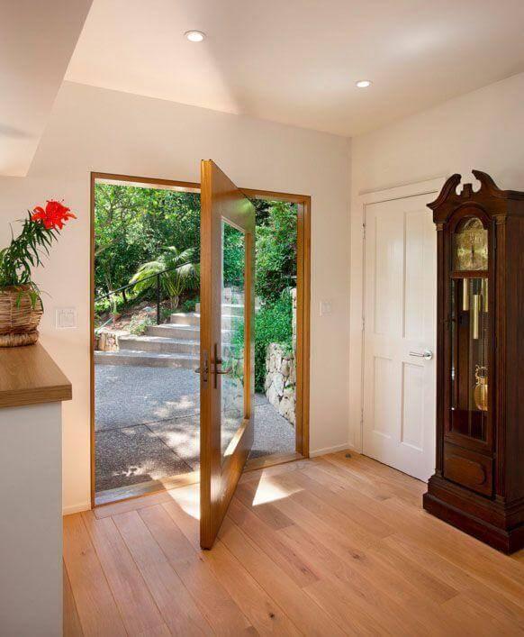Porta pivotante de vidro com borda de madeira Foto de Allen