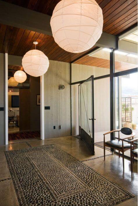 Porta pivotante de vidro com ferro preto Foto de Pearson Design Group