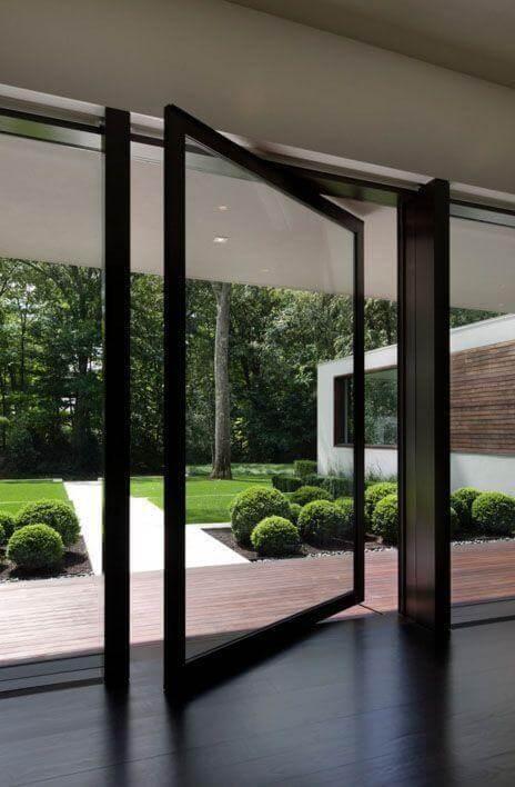 Porta pivotante de vidro com ferro preto Foto de Specht Architects