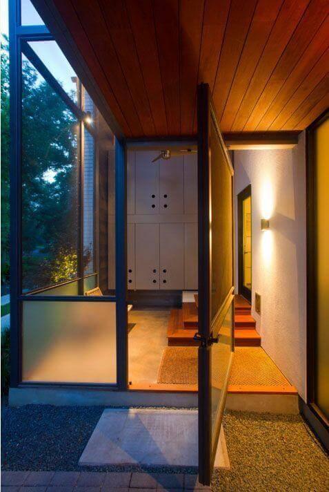 Porta pivotante de vidro e ferro Foto de Hugh Jefferson Randolph Architects