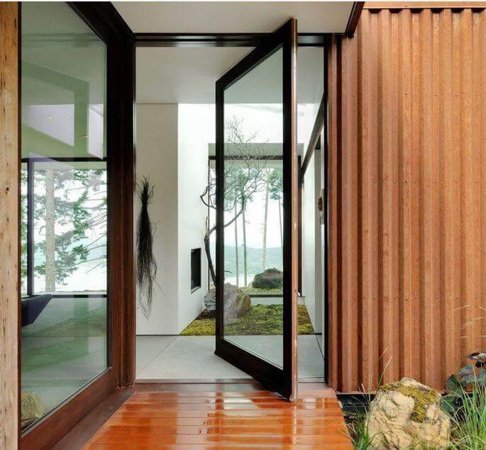 Porta pivotante de vidro em entrada de madeira Foto de Gary Gladwish Architecture