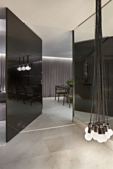 Porta pivotante preta interna em ambiente moderno Projeto de Andrea Buratto