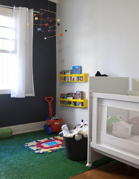 Quarto de bebê com cortina branca fina Projeto de Buji