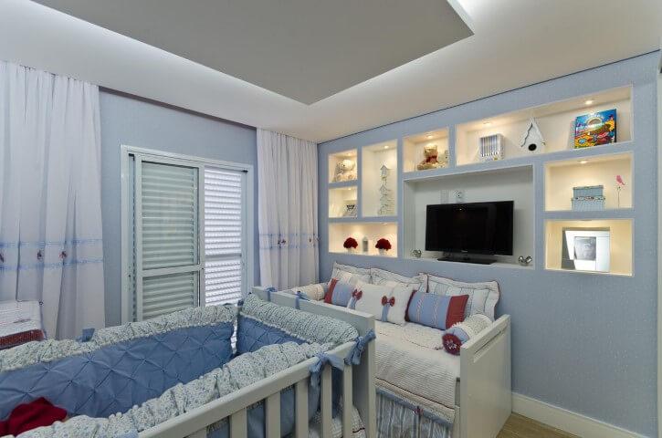 Quarto de bebê menino azul com televisão Projeto de Belissa Correa