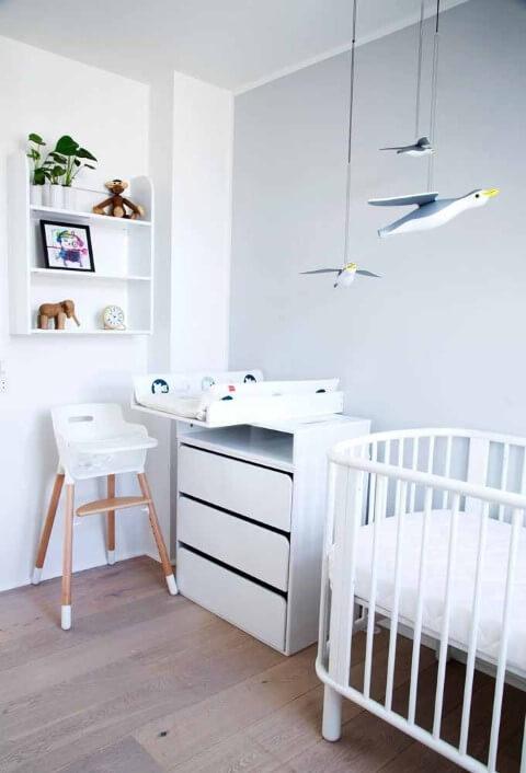 Quarto de bebê menino branco com móbile de pássaros Foto de Houzz