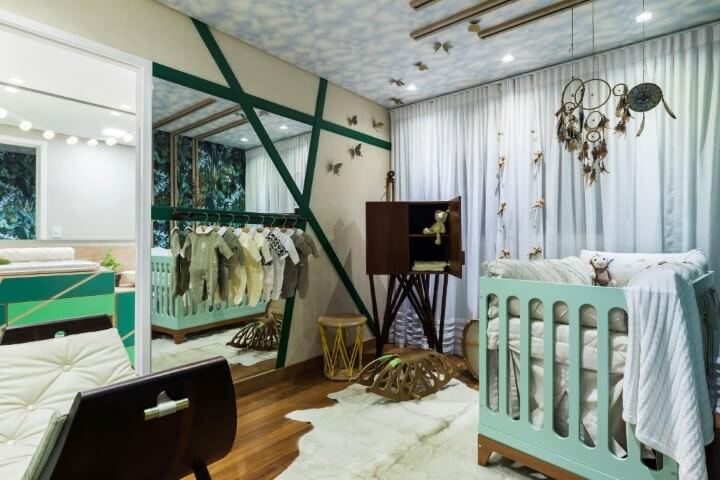 Quarto de bebê menino branco e verde integrado ao do casal Projeto de DD Show