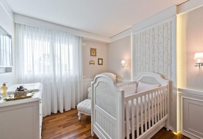 Quarto de bebê menino clássico branco com painel iluminado Projeto de Leonardo Muller