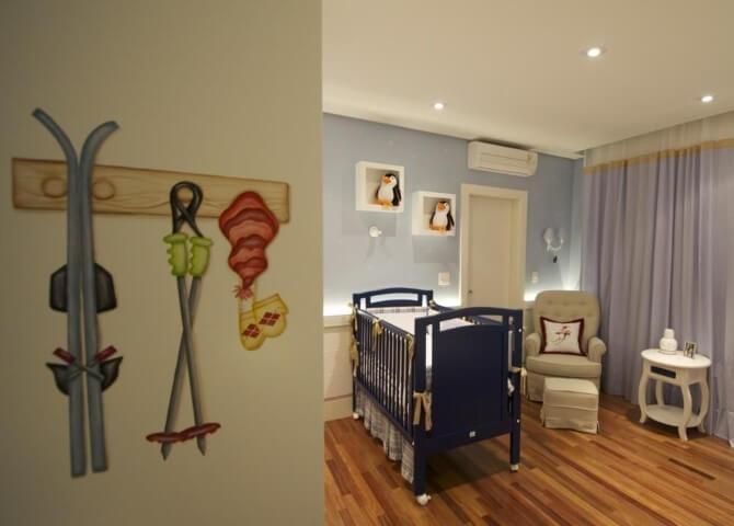 Quarto de bebê menino com berço azul marinho Projeto de Lucia Tacla