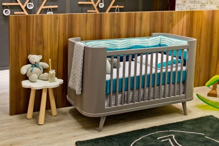 Quarto de bebê menino com berço cinza Projeto de Espaço do Traço