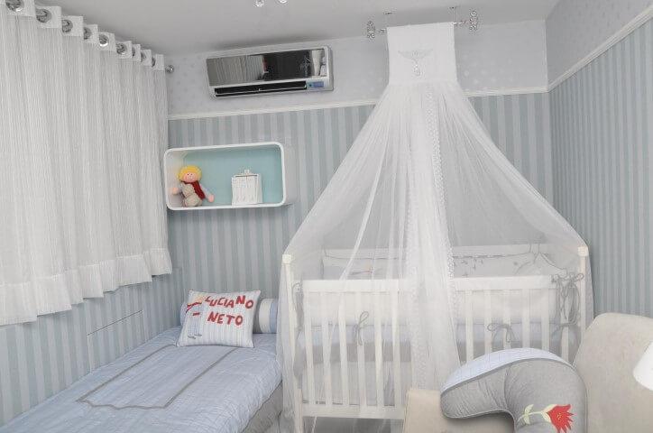 Quarto de bebê menino com berço com mosqueteiro de teto Projeto de Nicolle do Vale